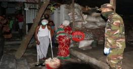 নিম্নমধ্যবিত্তদের ঘরে খাদ্য সামগ্রী পৌঁছে দিচ্ছে সেনাবাহিনী
